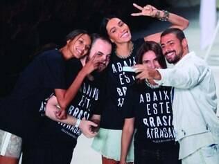 Cauã posa com modelos e o estilista da Ellus, no SP Fashion Week