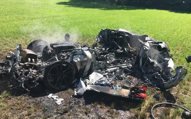 Os policiais britânicos foram acionados e encontraram a Ferrari em chamas na rodovia M1, em South Yorkshire