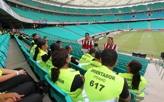 Orientadores da torcida recebem instruções antes da chegada de torcedores de Bahia e Vitória
