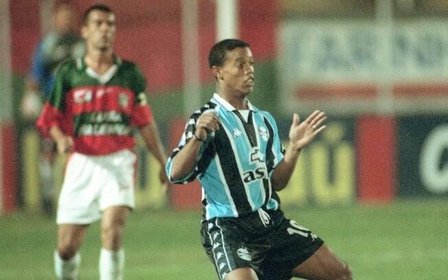 Ronaldinho em ação pelo Grêmio, primeiro  clube da carreira