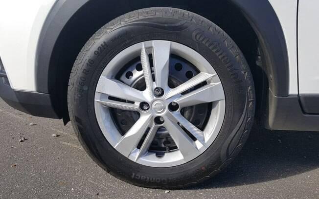 A versão S é a única a usar calotas no lugar de rodas de liga leve - que não deixam de esconder a roda de aço por baixo