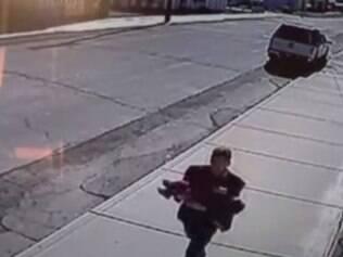 Vídeo mostra tentativa de sequestro de bebê de 22 meses nos EUA