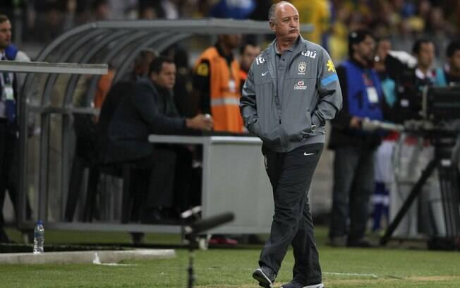 Felipão observa desempenho da seleção  brasileira em campo