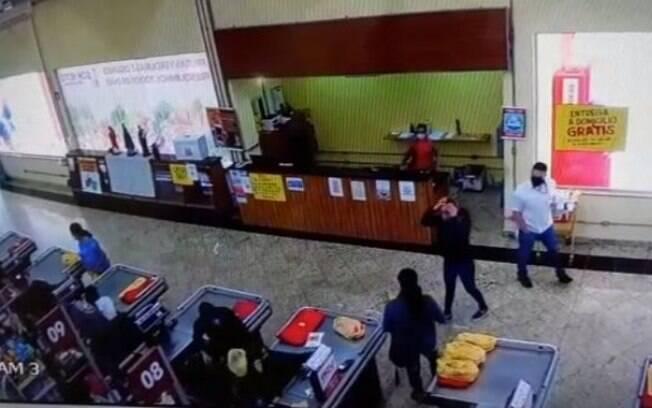 Dupla rende clientes e funcionários em assalto a mercado de Santo Antônio de Posse