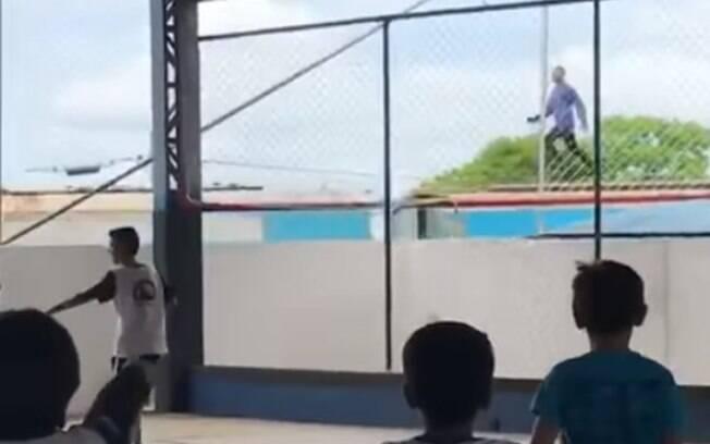 Crianças filmaram o 'surfista' quando trem passou perto de escola