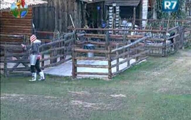 Duda ensina Valesca a ordenhar a vaca