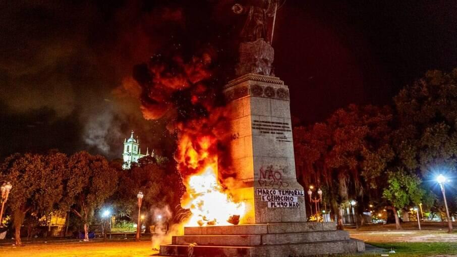 Estátua do Pedro Álvares Cabral incendiada no Rio