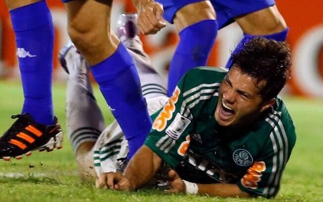 Kleber no chão reclama da marcação dura dos  zagueiros argentinos