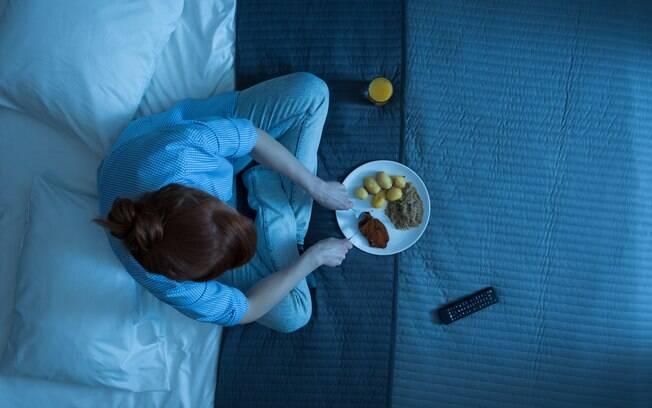 Com algumas dicas, comer antes de dormir pode não trazer males para você