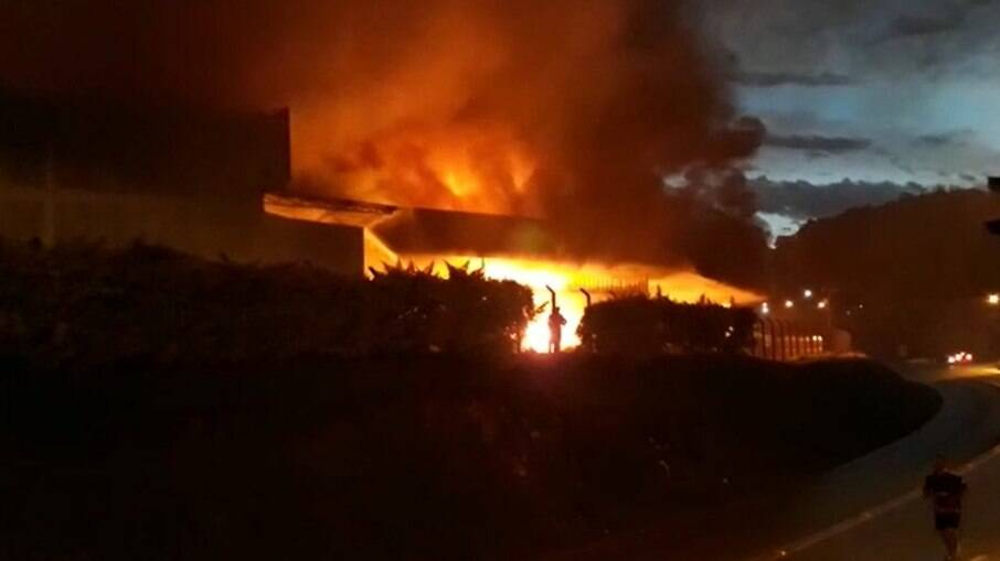 Moradores registraram as imagens das chamas que tomaram conta da empresa