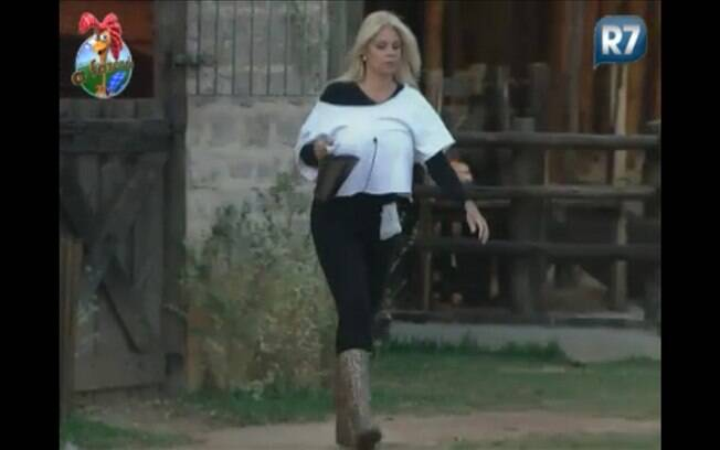 Monique cuida dos cavalos enquanto observa os toques para os peões