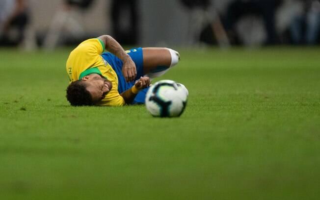 Neymar sofreu uma torção no tornozelo no amistoso diante do Catar