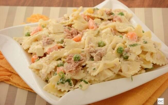 Salada de macarrão com atum e legumes rápida