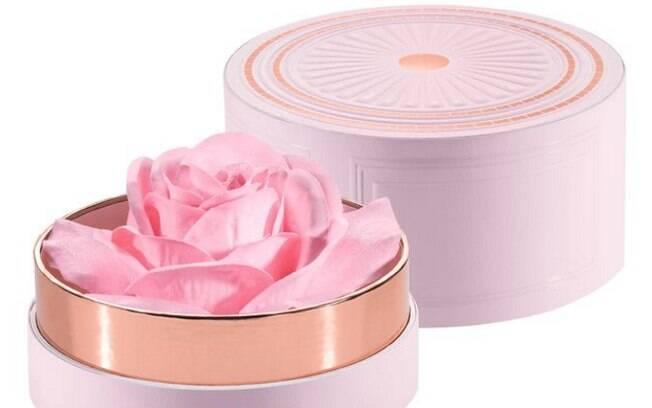 Iluminador em formato de rosa tem conquistado as amantes de maquiagem