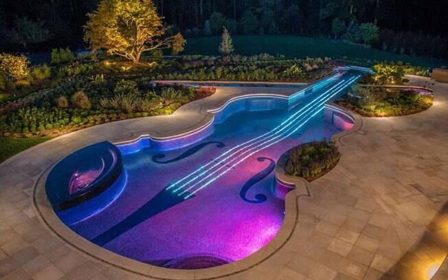 Outra piscina para quem gosta de música, essa é em formato de violino, item elegante na lista de fotos de piscinas