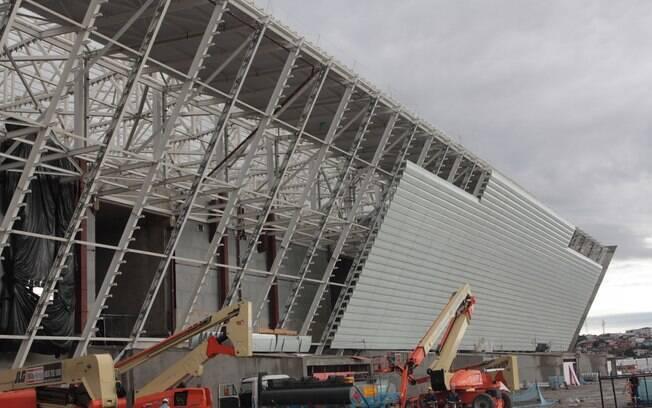 Placas laterais na fachada externa da Arena  Corinthians também já começaram a ser instaladas
