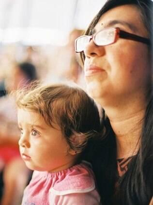 Ana Laura, mãe de Helena aos 39, com a filha ainda pequena: