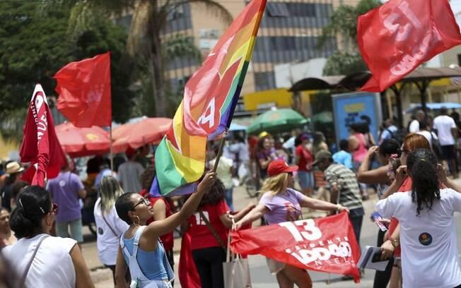 Atos em favor aos candidatos à Presidência ocorreram pelas ruas de Brasília, com grupos a pé e outros em carreata