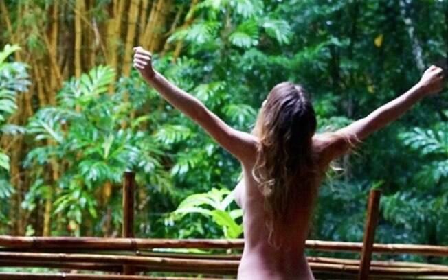 Blogueira e YouTuber conhecida como Freelee dá detalhes de como é a vida na selva