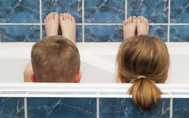 Como a masturbação infantil é uma forma de conhecer o próprio corpo, a hora do banho pode ser um momento para isso