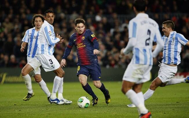 Messi é cercado por defensores do Málaga