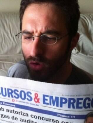 Após pedido de demissão, Rafinha Bastos posta foto procurando emprego. Sátiras após polêmica entraram no processo contra o humorista.