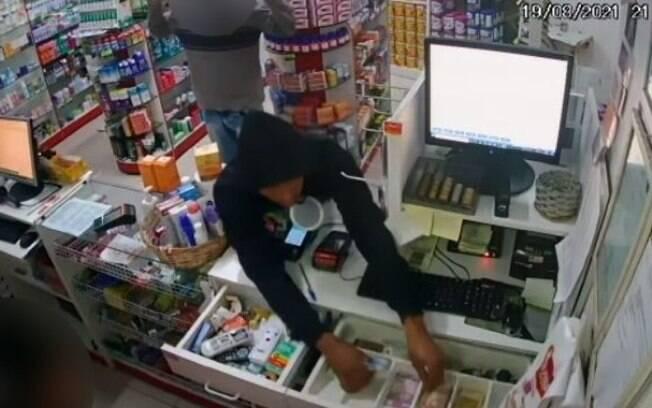Câmera registra assalto em farmácia no bairro Matão, em Sumaré