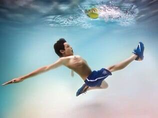 Crianças posam com descontração para fotógrafo debaixo d'água