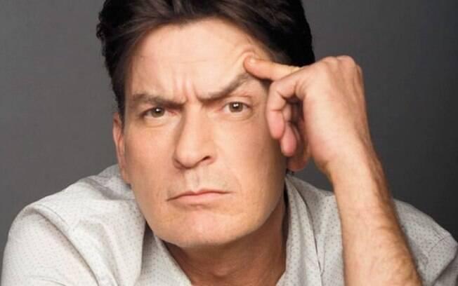 Charlie Sheen se mantém sóbrio desde que foi diagnosticado com vírus HIV