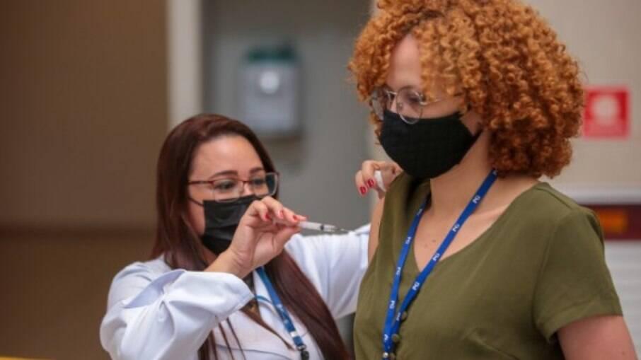 Servidores da prefeitura da cidade também foram imunizados