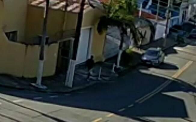 Vídeo: Carro é roubado à luz do dia no Taquaral, em Campinas