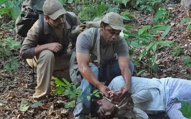 Antenor consegue escapar, cai em um barranco e é encontrado por caçadores