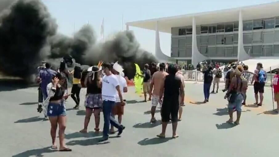 Indígenas atearam fogo na frente da Esplanada dos Ministérios, em Brasília