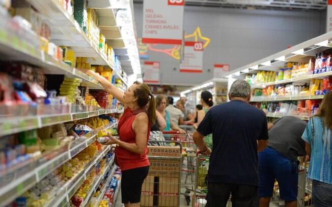 Alta dos preços dos alimentos aumenta a inflação, mas  resultado deste ano ainda deve ficar abaixo do piso da meta