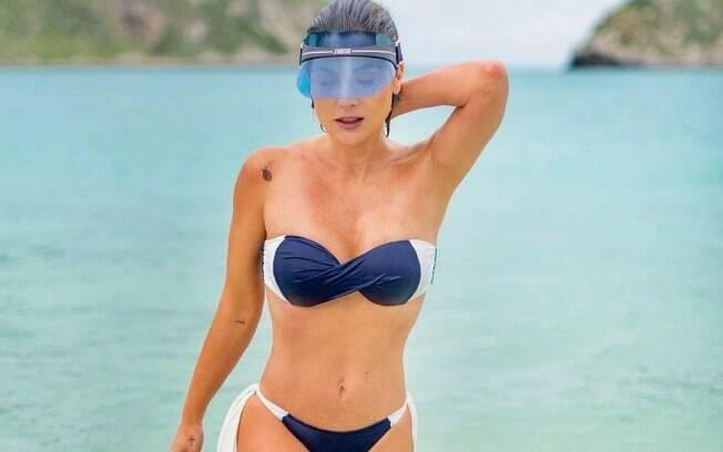 Flávia Alessandra aparece sensual em foto