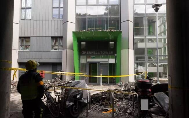 Uma semana após incêndio no edifício Grenfell Tower, apenas 9 das 79 vítimas foram identificadas