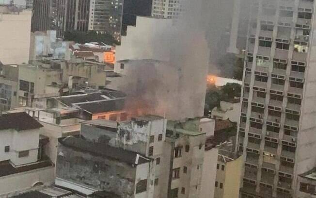 Fumaça e chamas podem ser vistas em cobertura de prédio