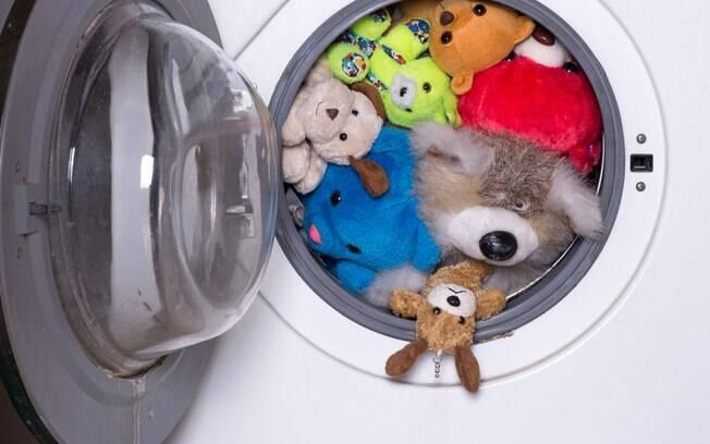 Não é aconselhável colocar os bichinhos de pelúcia na secadora. A temperatura pode danificar as fibras