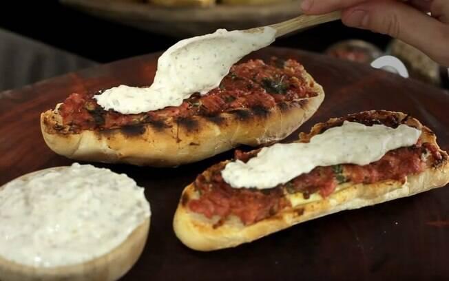 Você pode rechear o pão francês com a linguiça aberta. Fica uma delícia!