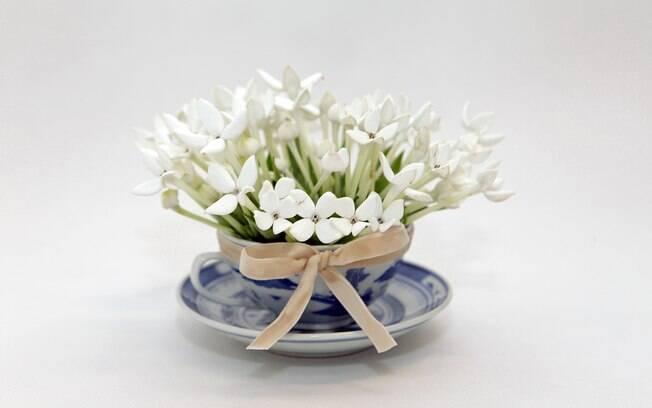 flores jardim guedala:Nunca pensou em usar a xícara de chá para montar um arranjo floral