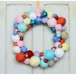 A delicadeza da guirlanda de Christiane Papacena deve-se ao uso de lã e bolas natalinas