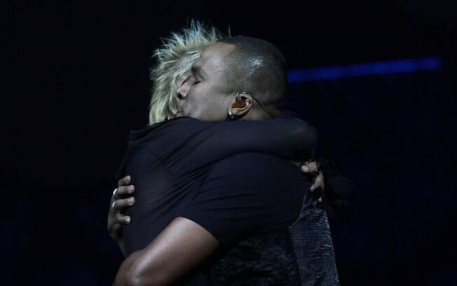 Xuxa e Alexandre Pires se abraçam emocionados no palco