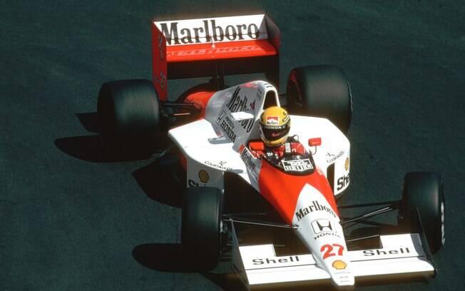 McLaren Senna foi feito em homenagem ao tricampeão Ayrton Senna, que aparece acima pilotando seu Fórmula 1