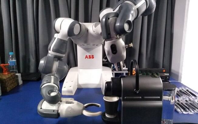 O robô Yumi serve café aos visitantes da Casa 5G