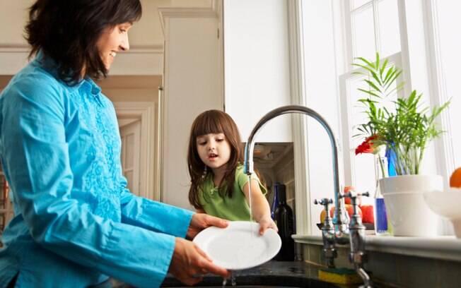 Resultado de imagem para crianças fazendo atividades domésticas