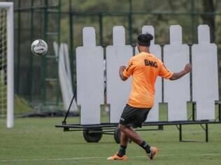 Ronaldinho aprimora cobrança de faltas em treinamento da Cidade do Galo