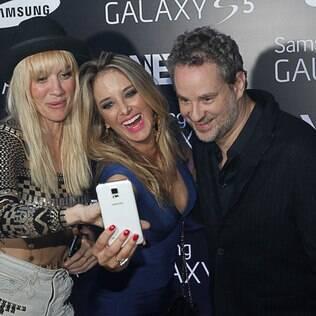 Ticiane Pinheiro tirou uma 'selfie' ao lado de Dan Stulbach e uma das integrantes do grupo Nervo