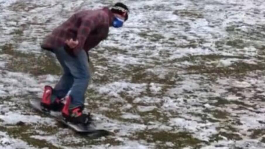 Homem fazendo snowboard em Caxias do Sul