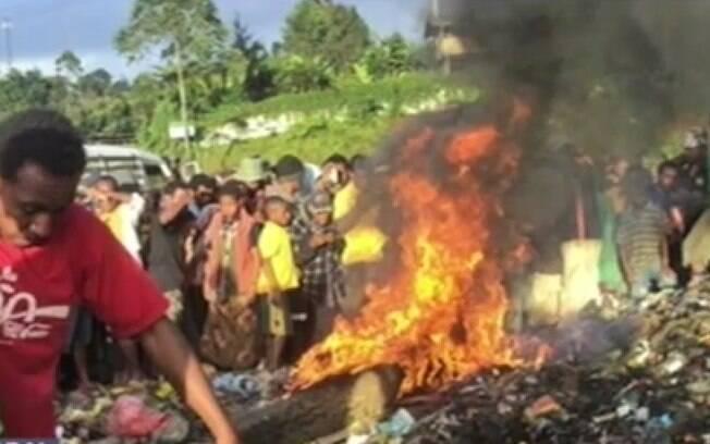 Caça às bruxas: em 2013, na Papua Nova Guiné, mulher foi torturada e queimada viva perante centenas de espectadores sob acusação de bruxaria. Foto: Reprodução/Youtube
