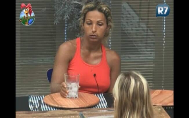 Valesca e Anna conversam sentadas à mesa da cozinha na sede da fazenda